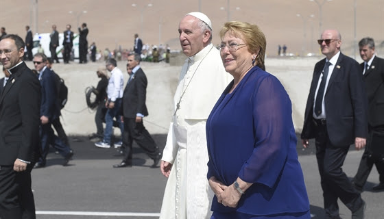 Papa Francisco casa pareja en pleno vuelo
