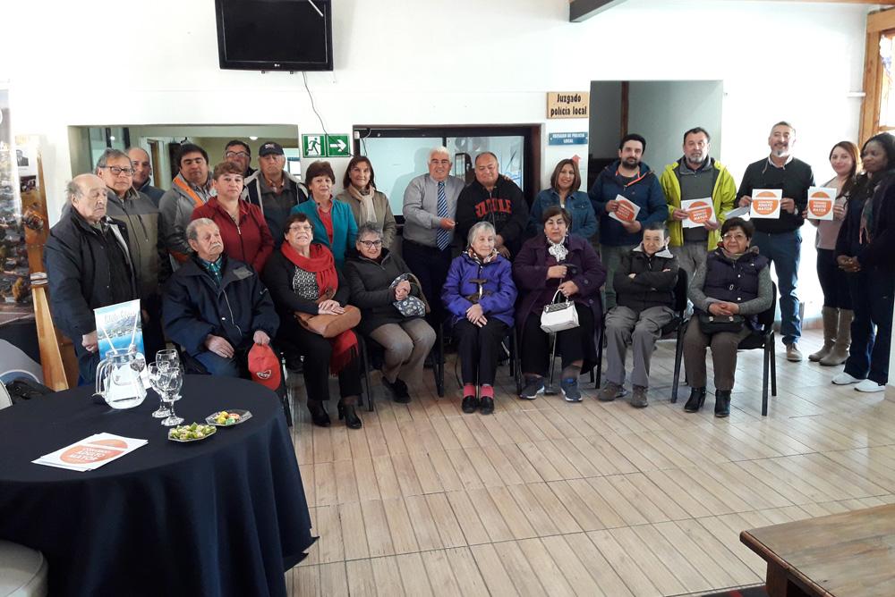 Adultos/as mayores de Chile Chico reciben tarjeta de descuentos y visitan obras del Eleam - Radio Las Nieves